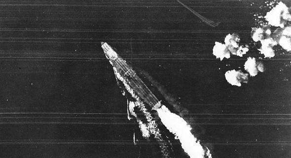 נושאת המטוסים היריו מתחמקת מפצצות בקרב מידוויי (הפגיעות מימין). הבאות כבר פגעו