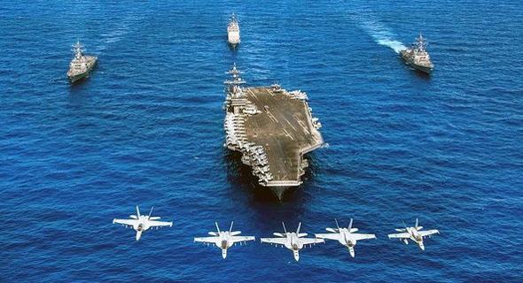 נושאת מטוסים מטיפוס נימיץ, מלווה בספינות ובמטוסי F18 מדגמים שונים