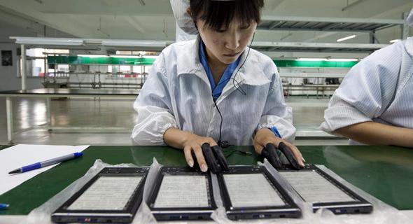 פועלת בסין. מוסר עבודה גבוה