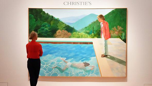 אשה מתבוננת בציור של הוקני בניו יורק