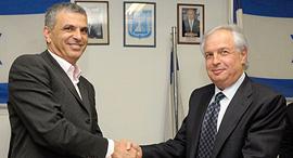 טקס העברת השליטה לאלוביץ' באפריל 2010 - עם שר התקשורת דאז משה כחלון , צילום: דקלה בסיס