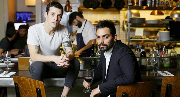 מימין בן רינג ומוטי טיטמן הבעלים של מסעדת מלגו ומלבר