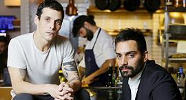 מימין בן רינג ו מוטי טיטמן הבעלים של מסעדת מלגו ומלבר פנאי, צילום: עמית שעל
