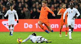 פרנקי דה יונג קופץ נבחרת הולנד נגד נבחרת צרפת, צילום: Toussaint Kluiters