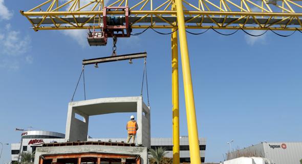 יציקות לבנייה מודולרית במפעל אשקריט. הקירות מגיעים מוכנים לאתר הבנייה