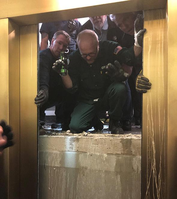 מעלית חילוץ מגדל שיקאגו מרכז ג'ון הנקוק, צילום: רויטרס
