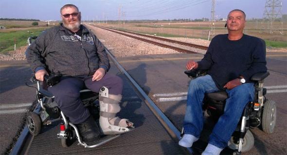 נכים חוסמים את המסילה, צילום: YNET