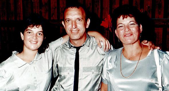 1987. סיגל יעקבי בת ה־12 עם הוריה אברהם וטוני, בחתונת אחותה ורד, חדרה