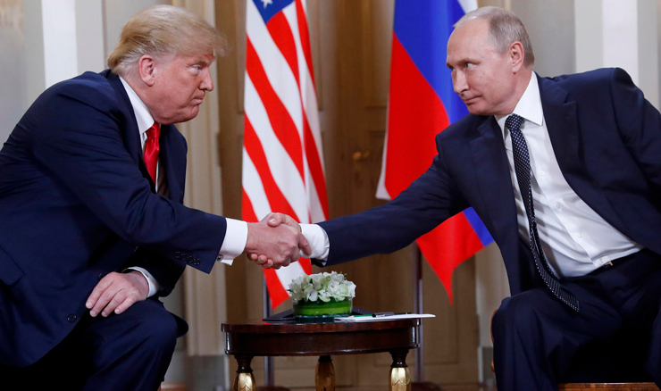 """נשיאי רוסיה וארה""""ב ולדימיר פוטין ודונלד טראמפ בפגישתם ביולי. """"לרוסים יש אינסוף כסף לפעילות רשתות כאלה, והם משקיעים באותנטיות שלהן"""", צילום: איי פי"""