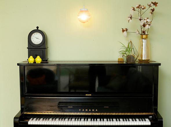 פסנתר שדורון ובנו אמיר מנגנים בו (ובאקורדיאון ובגיטרות)