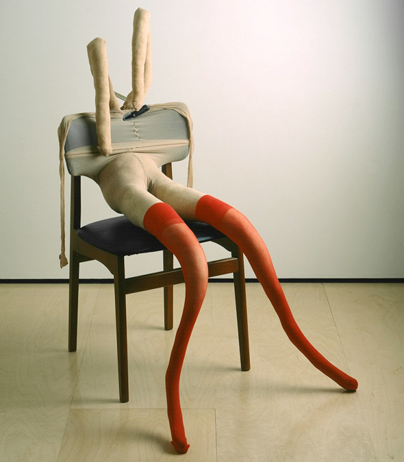מתוך התערוכה של שרה לוקאס. עבודות מלאות הומור ותעוזה
