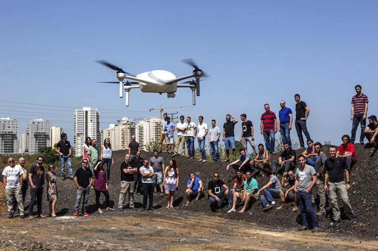 """עובדי איירובוטיקס והרחפן בפעולה. החברה נכללה השנה ברשימת """"25 חברות הטכנולוגיה ששווה לעקוב אחריהן"""" של """"הוול סטריט ג'ורנל"""""""