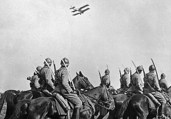 מטוס סיור מעל מחלקת פרשים במלחמת העולם הראשונה, צילום: rarehistoricalphotos