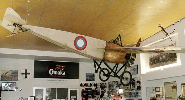מטוס מוראן-סולניה G שמוצג במוזיאון בניו זילנד, עם חבל נינג'ה כפי שעיצב קזקוב