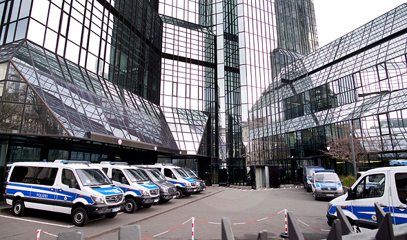 דויטשה בנק פרנקפורט פשיטה משטרה, צילום: איי פי