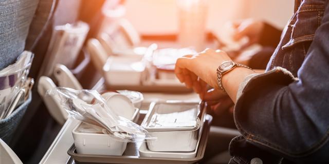 נשארתי רעב בטיסה, האם אפשר לבקש עוד מנה מהדיילות?