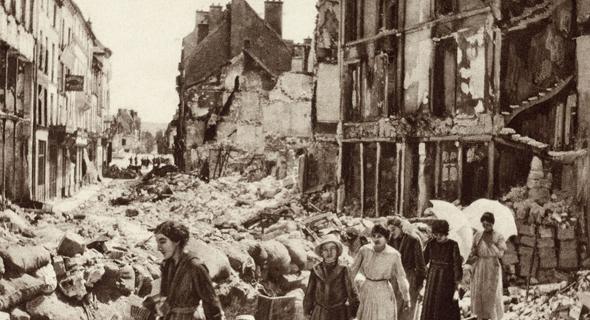 הריסות עיר צרפתית בהפצצה אווירית, צילום: שאטרסטוק