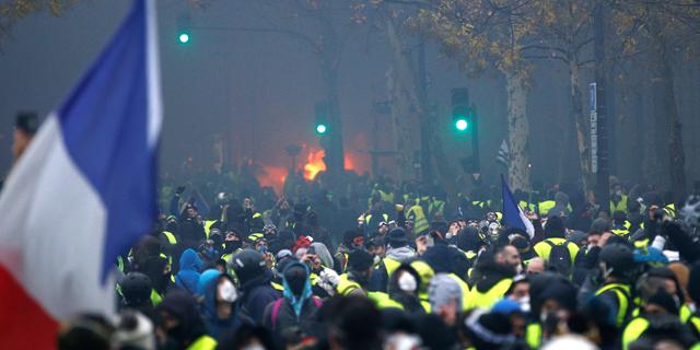 פריז בוערת: 80 פצועים ו-183 עצורים במחאות אלימות, בניין ומכוניות הוצתו