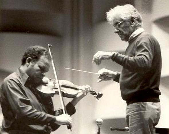 """ברנשטיין (מימין) וברויאר. """"הוא היה רוקד על הבמה, זה אולי נראה משונה, אבל הוא חווה את המוזיקה"""""""