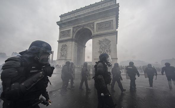 """מהומות בשער הניצחון בסופ""""ש האחרון, צילום: גטי אימג"""