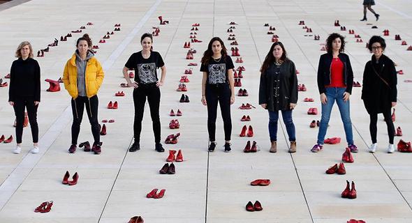 מיצג של נעליים אדומות, כחלק ממחאת הנשים, כיכר הבימה בתל אביב