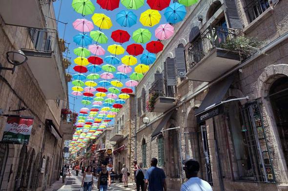 תיירים בנחלת שבעה בירושלים