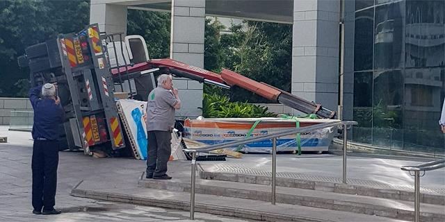 מול בניין העירייה: משאית מנוף קרסה במהלך עבודות שיפוץ
