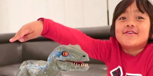 כוכב היוטיוב של השנה: מבקר הצעצועים ריאן בן ה-8, שצבר 22 מיליון דולר