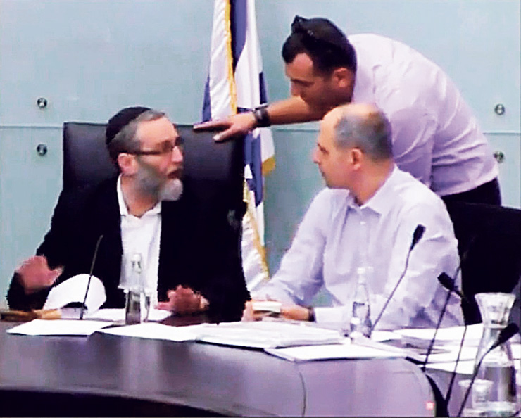 """מימין: טמיר כהן מנהל ועדת הכספים, באב""""ד (במרכז) וגפני בוועדת הכספים לפני כשבועיים. התפרצות לעיני המצלמות, צילום: מסך יוטיוב"""