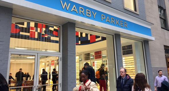 סניף של Warby Parker בניו יורק. רבים מהלקוחות עדיין מעדיפים לחוש את המוצר