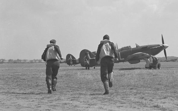 טייסים מוזנקים, רצים למטוסי הארקיין, צילום: RCAF Museum
