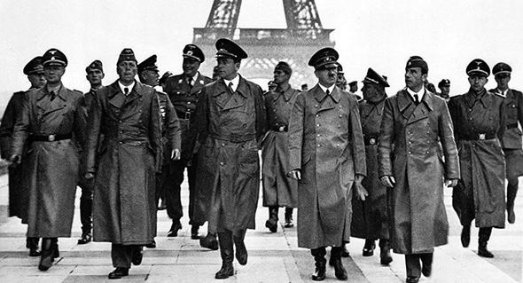 אדולף היטלר ועושי דברו מבקרים במגדל אייפל, 1940