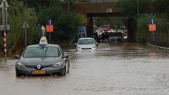 """כלי רכב תקועים במנהרה בעקבות הצפה בכפר חב""""ד"""