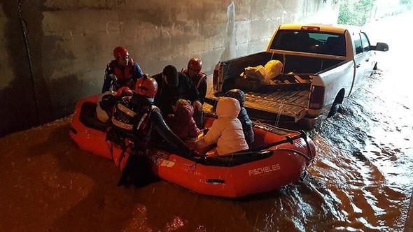"""רכבים תקועים במנהרה בעקבות הצפה בכפר חב""""ד"""