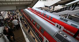 רכבות חולפות תחנת רכבת סבידור, צילום: שאול גולן