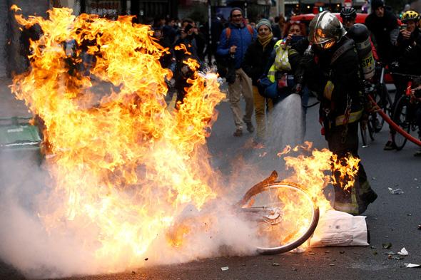 אש בפריז, צילום: רויטרס