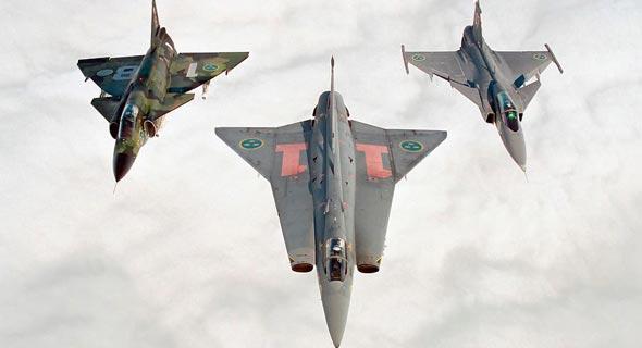 משמאל: ויגן, דראקן ואחיהם הצעיר - מטוס הגריפן