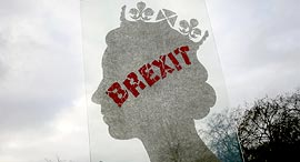 פסל של האמן האיטלקי מאט מארגה One Million Queen הושחת עם הכתובת ברקזיט, ציילום: Tim Ireland