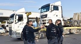 משאיות מוחרמות בכפר קאסם, צילום: דוברות המשטרה