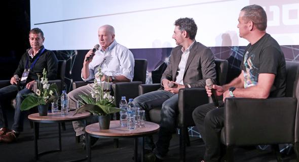 מימין: מנחה הפאנל מאיר אורבך עם טל ברנר, יובל טל ורפי סווירי