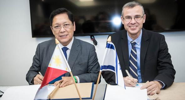 שר התיירות יריב לוין ושר העבודה הפיליפיני סילבסטרה בלו חותמים על הסכם להגדלת מכסת העובדים הזרים, צילום: עודד קרני