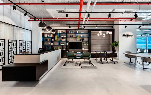 חלל עבודה של Regus. יש חברות ששוכרות משרד קטן בתל אביב עבור צוות מתכנתים כאשר המשרדים הראשיים שלהן באיזורים אחרים בארץ