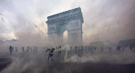 מוסף שבועי 13.12.18 מה בא אחרי הקפיטליזם הפגנה בפריז, איורים: גטי אימג'ס