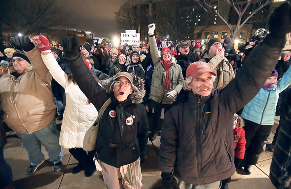 """הפגנה נגד החקיקה במדיסון, וויסקונסין. """"הרפובליקנים מוכנים לוותר אפילו על מראית עין של דמוקרטיה. אנחנו לא ניתן לזה לקרות"""""""