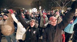 מוסף שבועי 13.12.18 שלטון מחליפים בבחירות הפגנה נגד החקיקה במדיסון וויסקונסין, איורים: איי פי