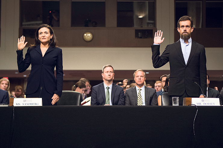 """סנדברג בהופעתה הפומבית האחרונה, בעדות בסנאט בתחילת ספטמבר (לצד ג'ק דורסי מטוויטר). """"עושים לה ציד מכשפות, אולי כי היא אשה"""""""