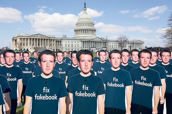 """מיצג מחאה שקורא """"לתקן את פייסבוק"""" שהתקיים בגבעת הקפיטול באפריל"""