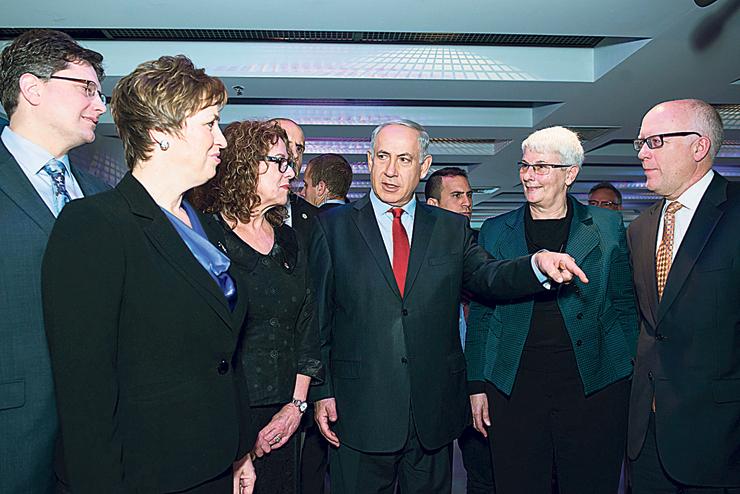 ברי עם ראש הממשלה נתניהו בביקור של בכירי לוקהיד מרטין באוני' בן גוריון. עדיין פעילה למרות המחלה