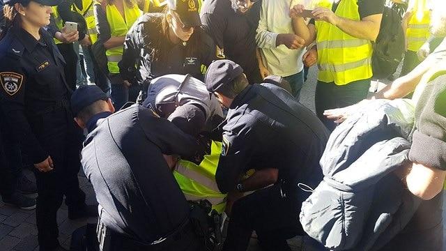 שוטרים מתעמתים עם מפגינים, צילום: מוטי קמחי