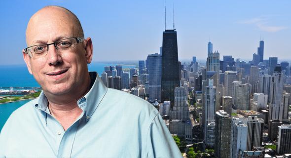 אבי כץ על רקע שיקגו, צילום: עמית שעל